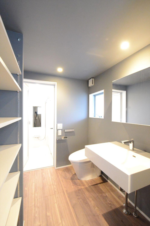 壁がブルーの洗面所