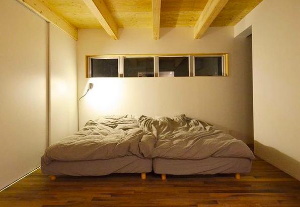 窓のある夜のベッドルーム